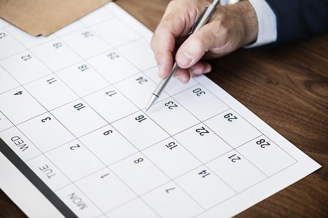 カレンダーをペンで指す