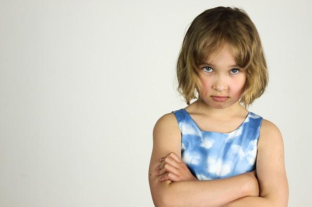 腕を組んで怒っている女の子