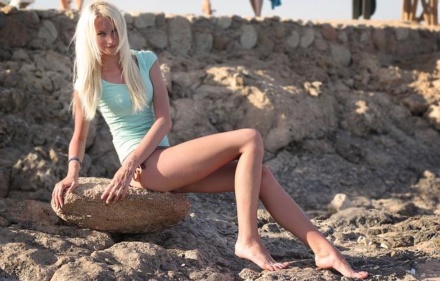 足が綺麗な女性