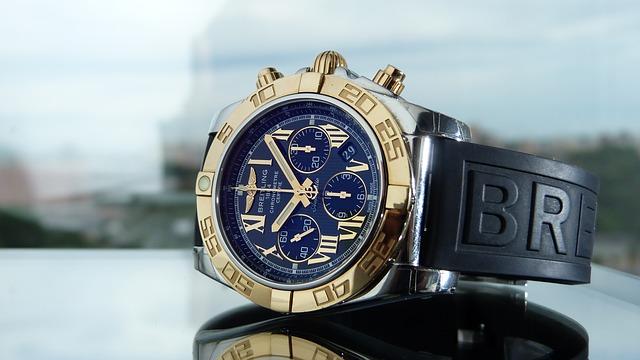 10時08分を指している腕時計