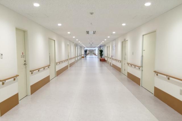 病院の白くて綺麗な廊下