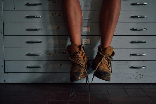 ブーツを履いた男性の足