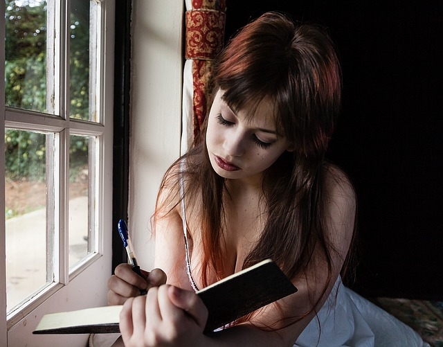 窓際で勉強している女性