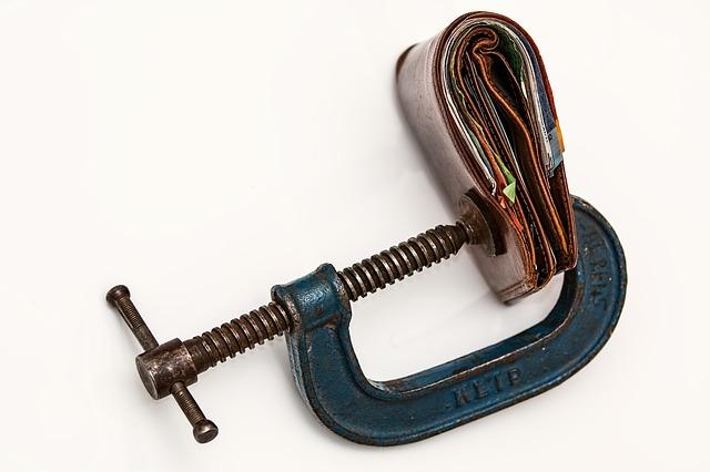 財布が万力によって固定され開かなくなっている状態