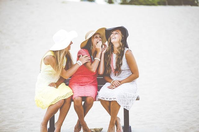 ベンチに座る三人の美しい女性達
