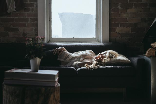 ソファーの上で眠る女性