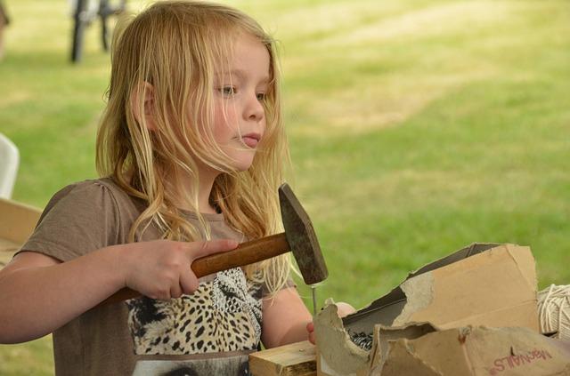 金槌を使っている小さい女の子