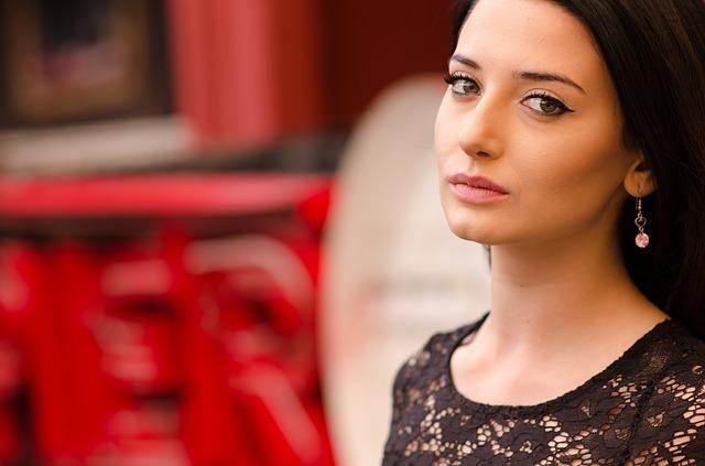 斜め顔の美しい女性