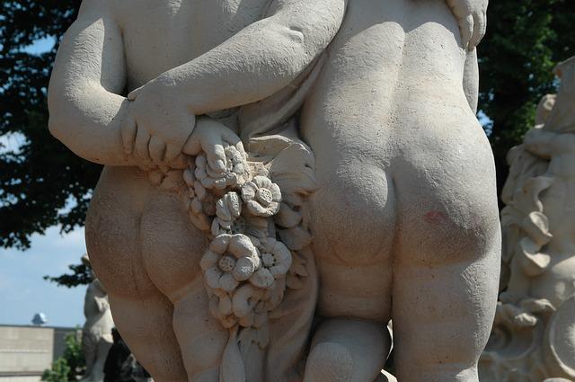 2体の銅像のお尻