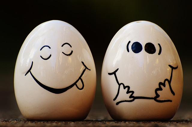 顔が絵書かれた二つの卵