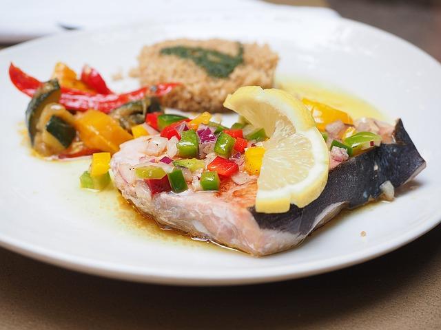 ピーマンやレモンがのった魚料理
