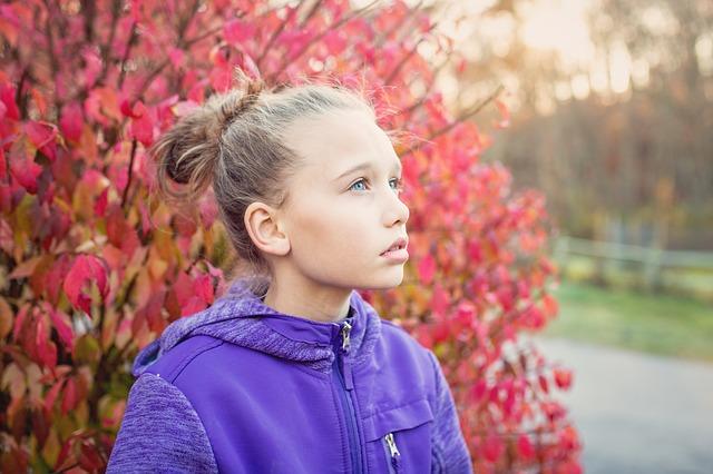 空を見上げる女の子