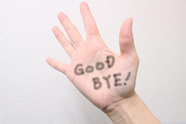手の平にgoodbyeと書かれている