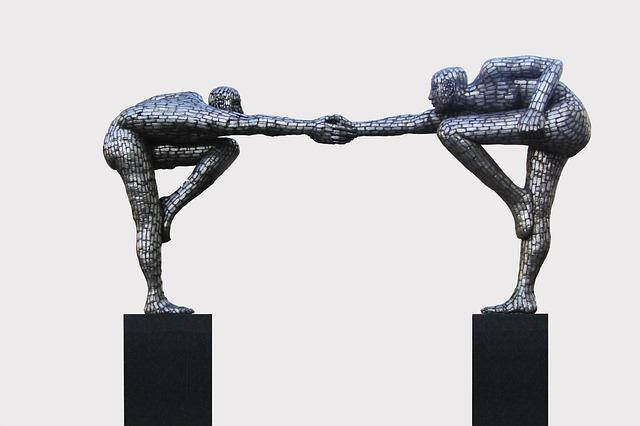 二体の銅像が向かい合って握手している