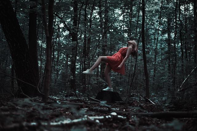 森の中で浮かぶ少女
