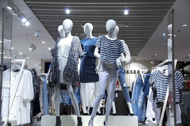 5体のお店の展示マネキンが色んな服を着ている