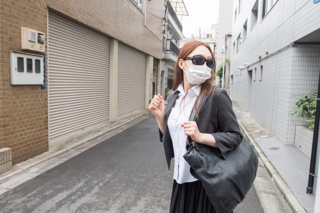 マスクとサングラスをしている女性
