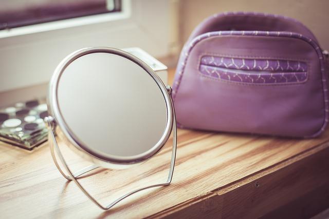 化粧台に置かれた小型鏡とポーチ