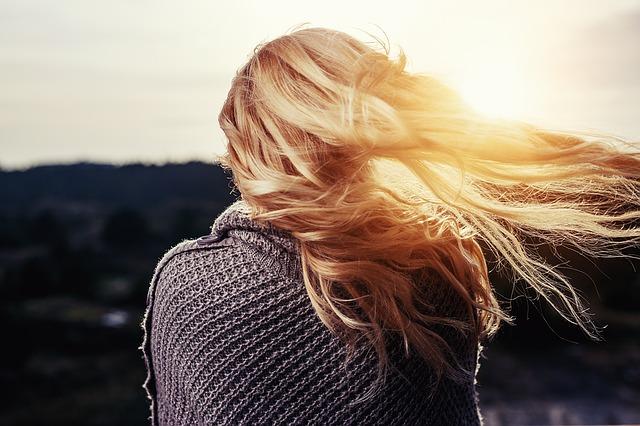 美女が太陽を見ている