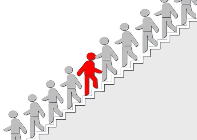多くの人が階段を降りている中一人だけ上っている人