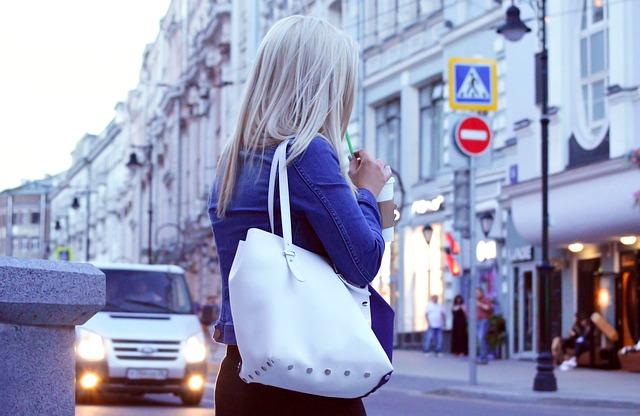 美女が町を歩く