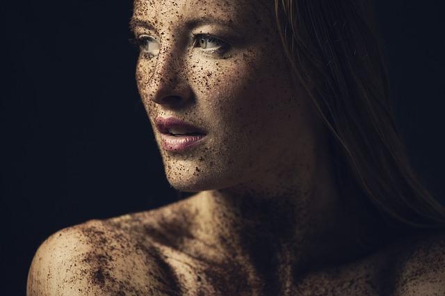 肌に汚れがついている女性