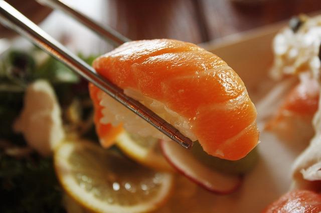 箸につままれたサーモン寿司