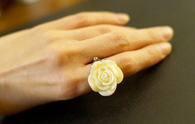 指と指の間に花を挟んでいる様子