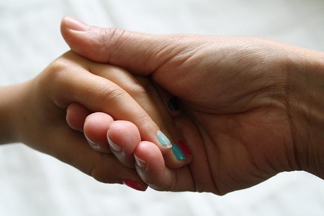 女性と男性が手を繋いでいる様子