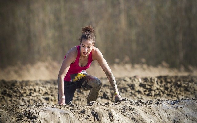 泥の中を一生懸命走る女性