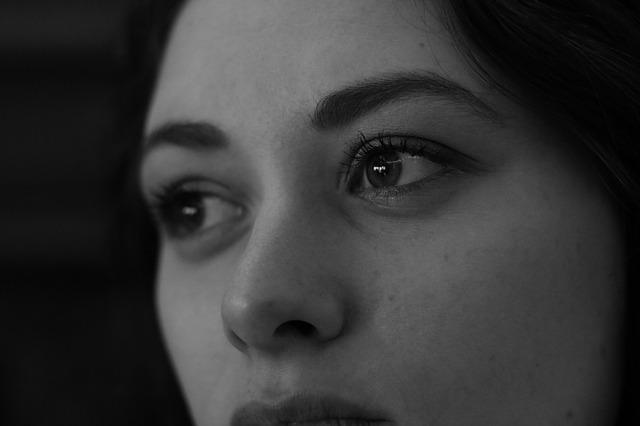 白黒写真の斜め顔の女性