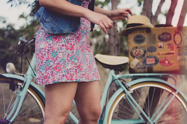 緑色の自転車と女性