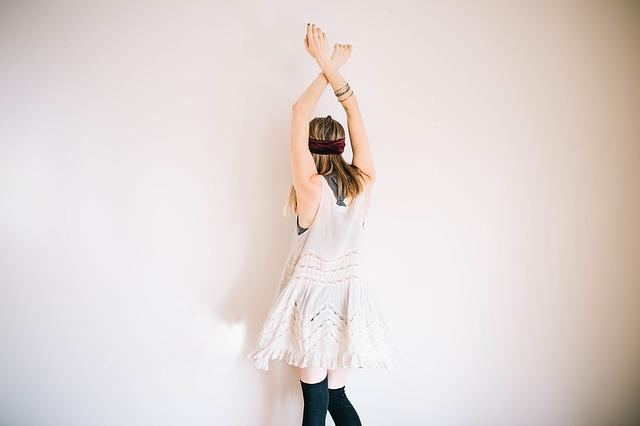 腕を上げている女性