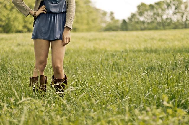 草原に立っている女性