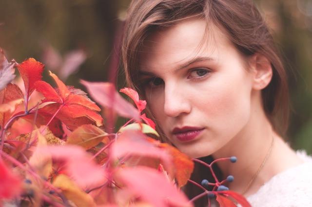 葉っぱとこちらをみている女性