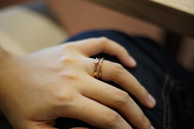 左手薬指に指輪をはめている女性の手