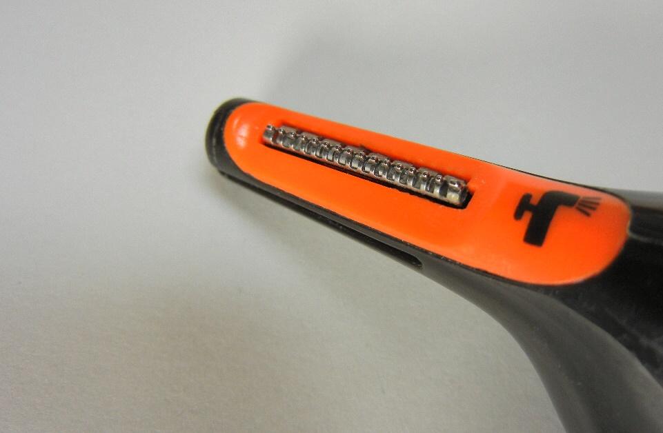 オレンジ色と黒色の電動シェーバー