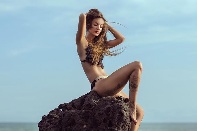 岩の上に座っている女性