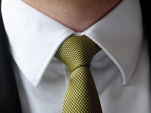 黄緑色のネクタイをしている男性