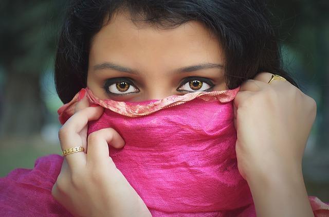 顔を隠そうとする女性