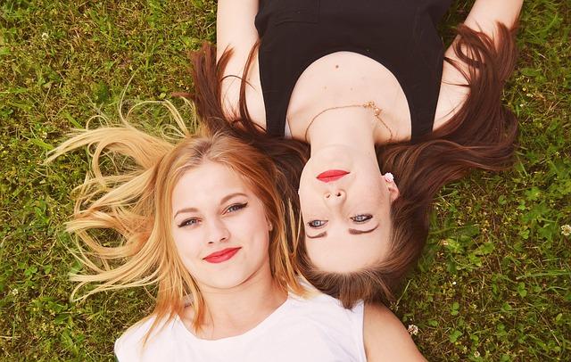 横たわっている二人の女性