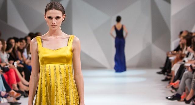 黄色い服を着たモデル
