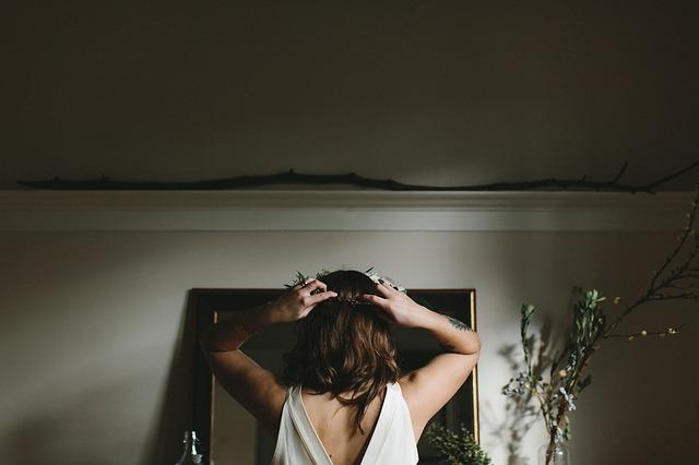 頭を両手で抱える女性