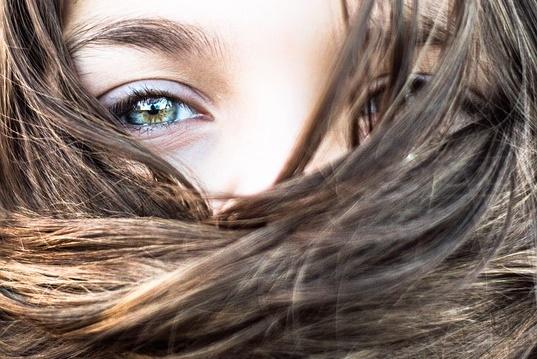 口元を髪の毛で隠す女性