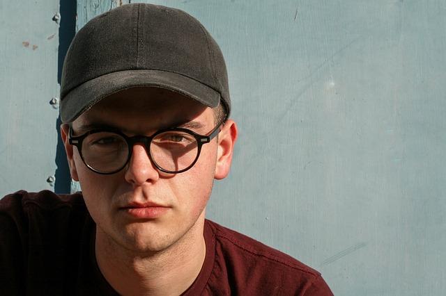 帽子と丸い眼鏡をかけている男性