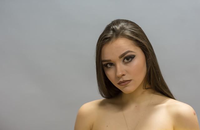 カメラ目線の上半身裸の女性