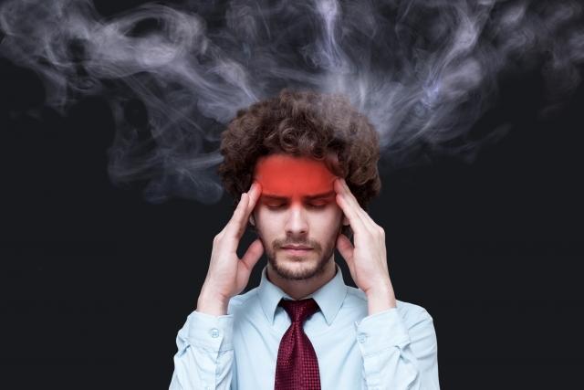 頭から煙が出ている男性