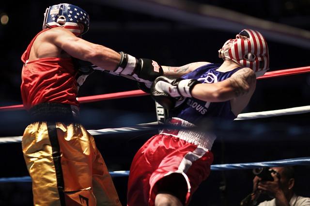 試合をしている二人の男性ボクサー