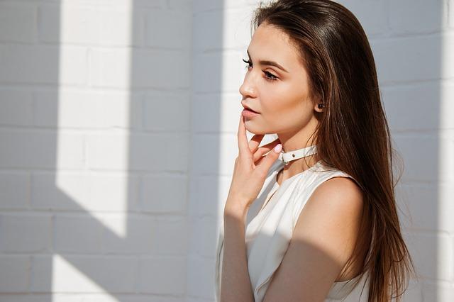 白いワンピース姿の美しい女性