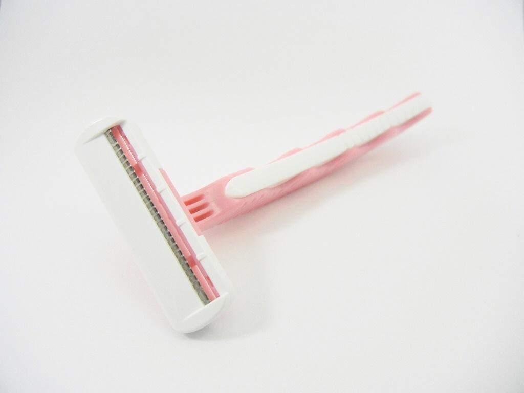 ピンク色のT字カミソリ
